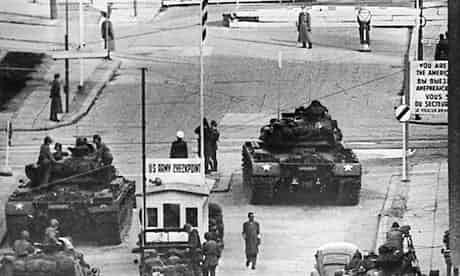 Berlin-Checkpoint-Charlie-007