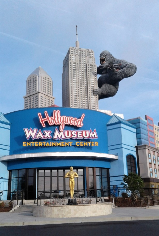 Hollywood Wax Museum exterior: King Kong on Empire State Building. Large Oscar statue in front.